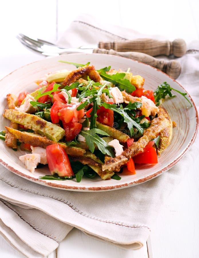 Zucchini, kurczaka, pomidorowej i rakietowej sałatka, obraz royalty free