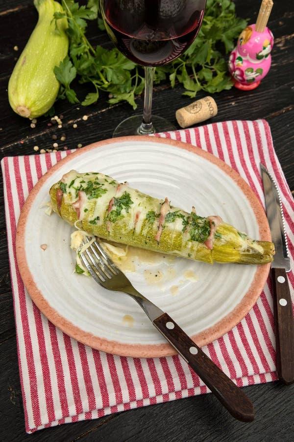 Zucchini mit Schinken und Käse stockfoto