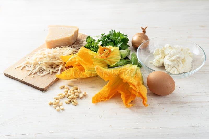 Zucchini o fiori ed ingredienti dello zucchino per un parm di ricotta immagini stock libere da diritti