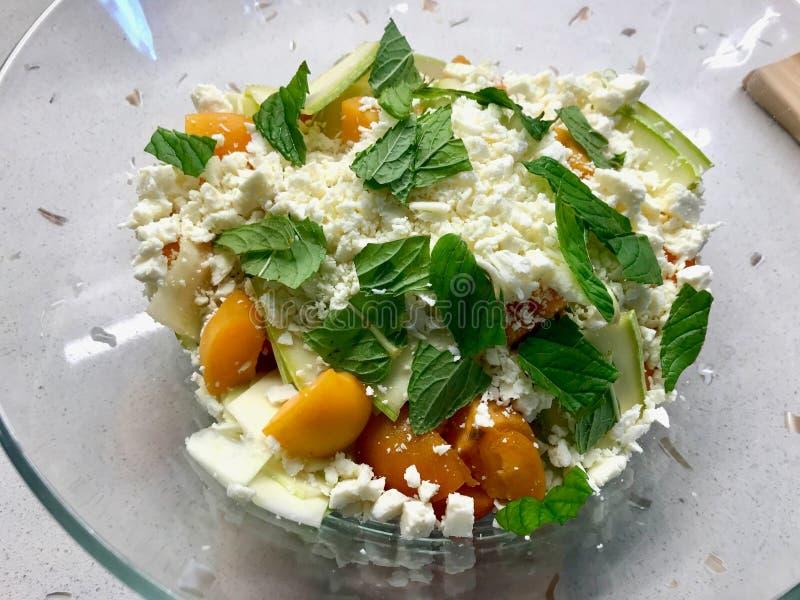 Zucchini- och aprikossallad med ost- och mintkaramellsidor ordnar till f?r att blanda f?r ?ter fotografering för bildbyråer