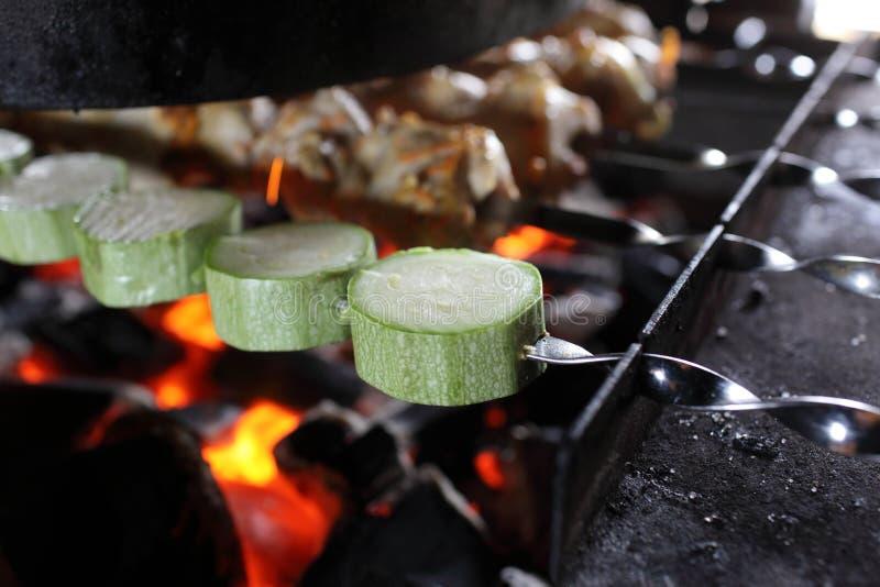 Zucchini och kött på steknålar royaltyfria foton