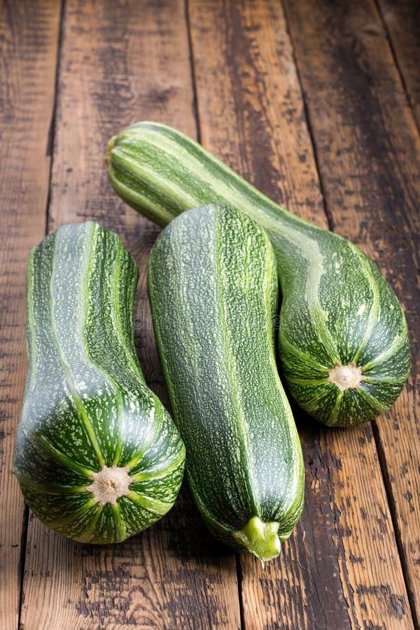 Zucchini på trätabellen arkivfoto