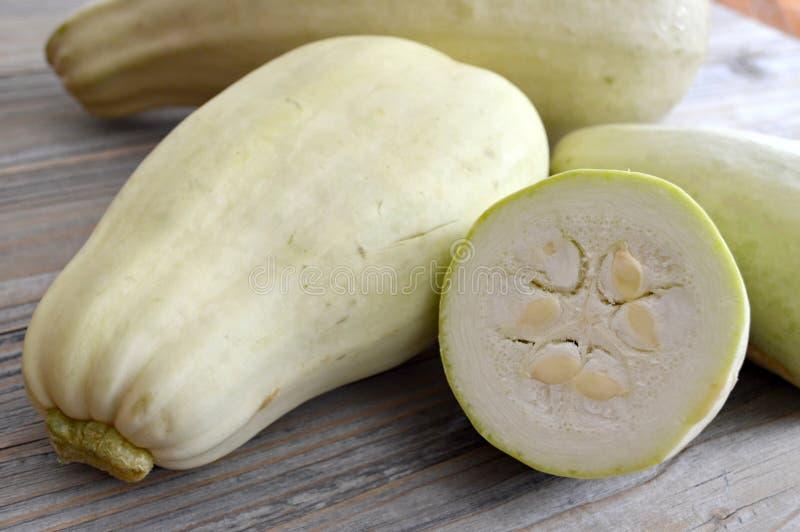 Zucchini på trätabellen arkivbilder