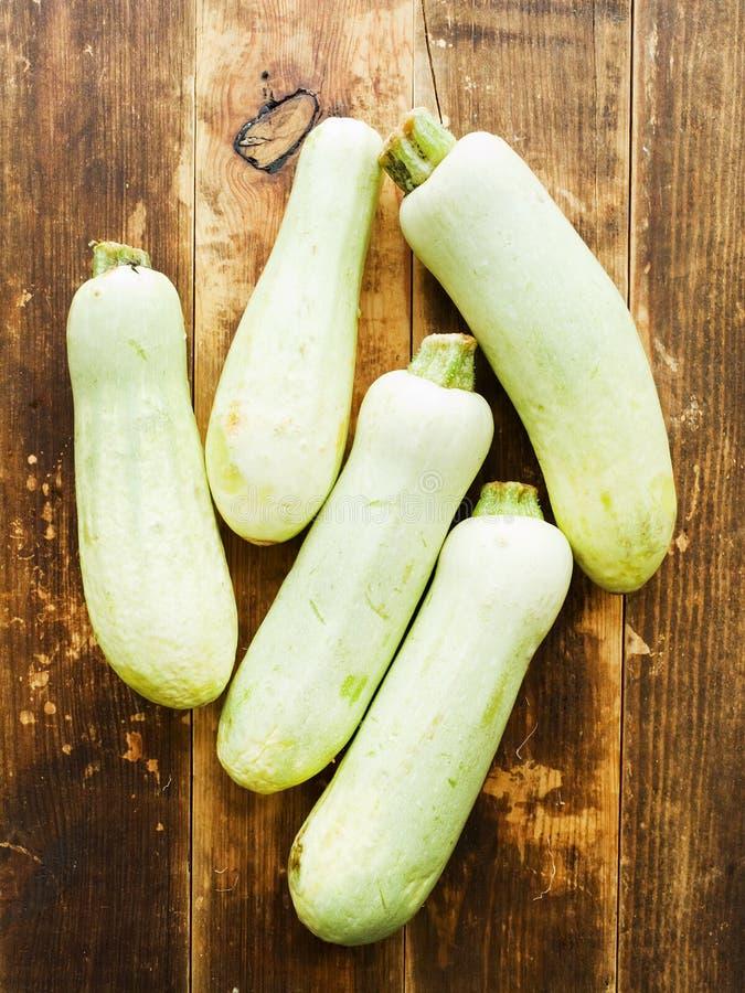 Zucchini p? tr? royaltyfria foton