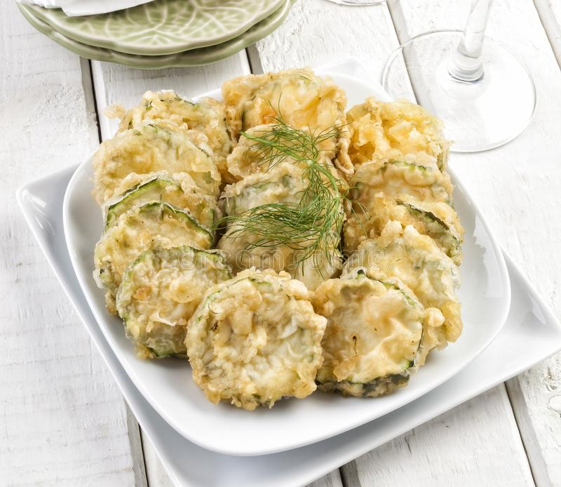 Zucchini plasterki w tempura obrazy royalty free
