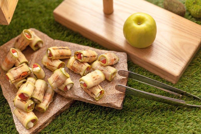 Zucchini rolki faszerować z serem i czerwienią łowią zdjęcia royalty free