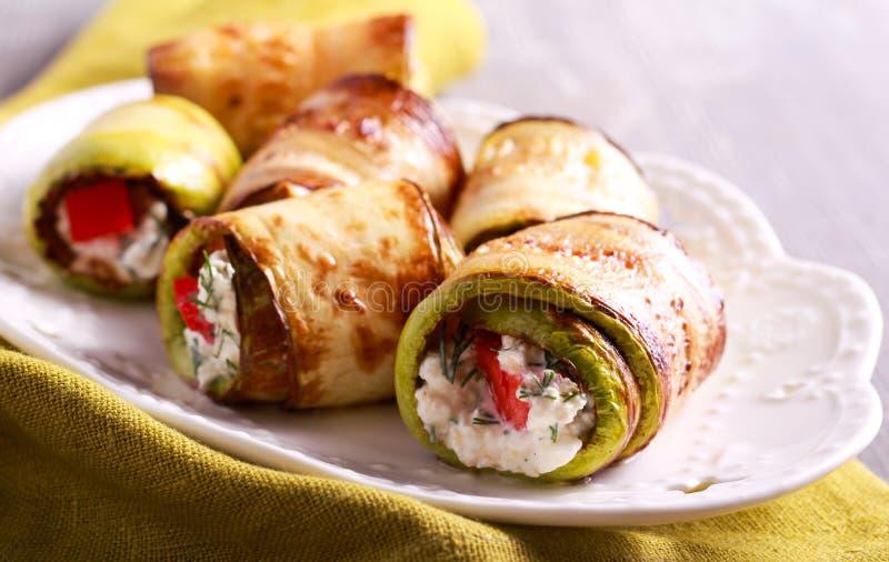 Zucchini rolki z sera, koperu i pomidoru plombowaniem, zdjęcia stock
