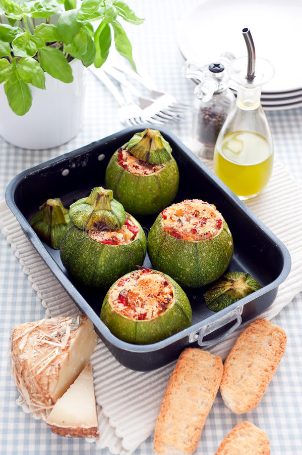 Zucchini som är välfylld med pecorino arkivfoto