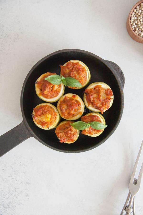 Zucchini som är välfylld med veggies arkivfoton