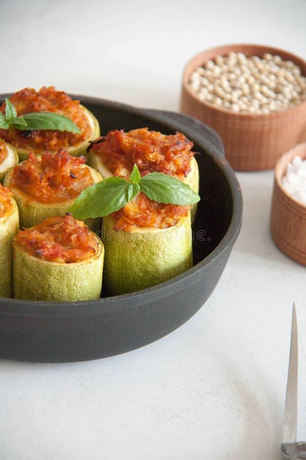 Zucchini som är välfylld med veggies royaltyfri fotografi