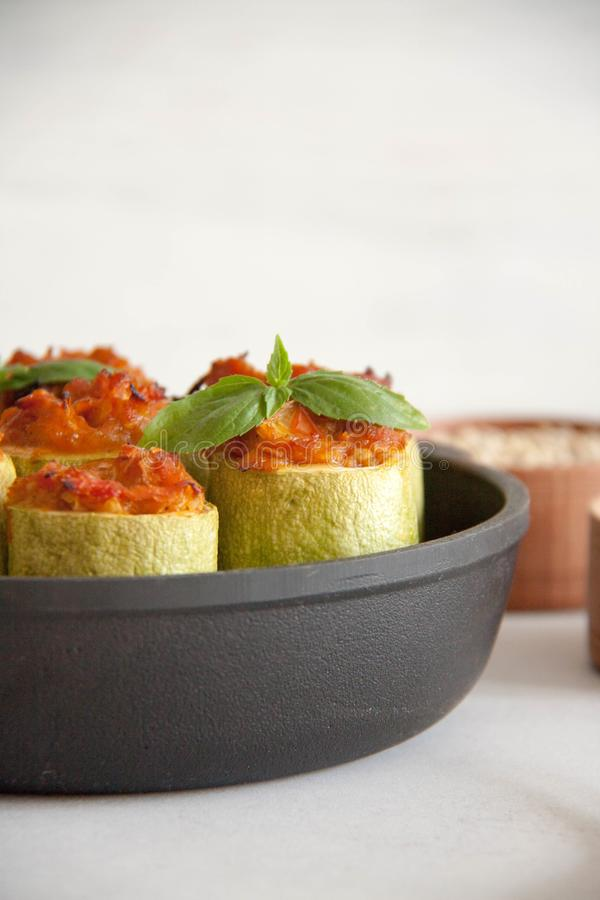 Zucchini som är välfylld med veggies fotografering för bildbyråer
