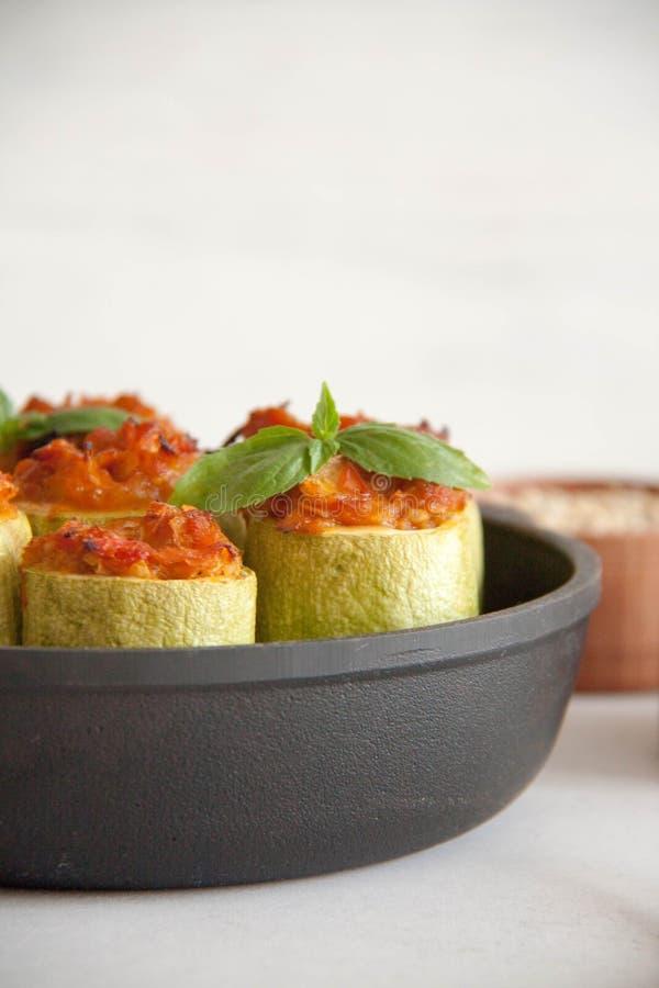 Zucchini som är välfylld med veggies royaltyfri foto