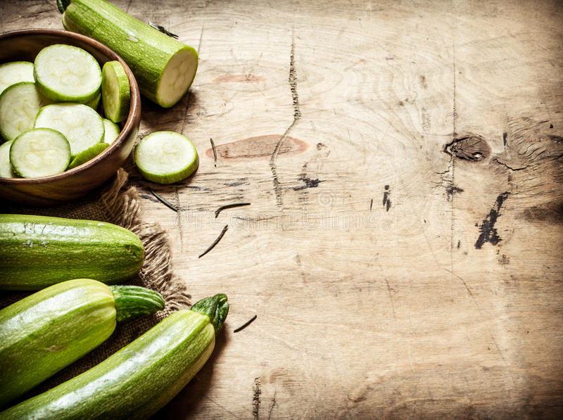 Zucchini som skivas och som är hel av det gamla tyget royaltyfri bild