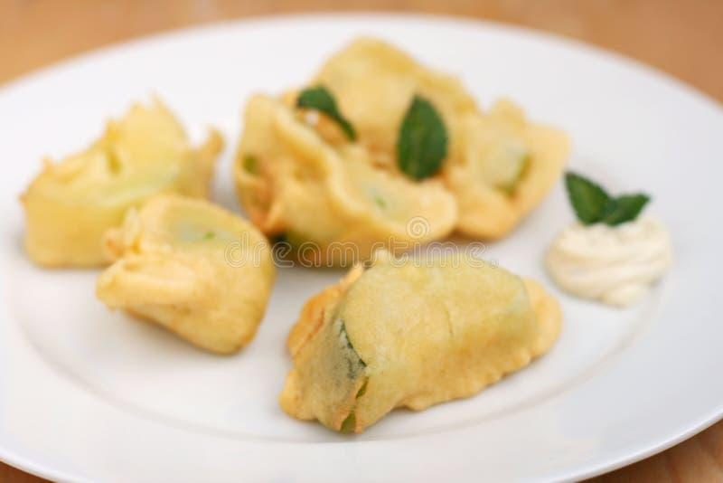 Zucchini som stekas djupt royaltyfria foton
