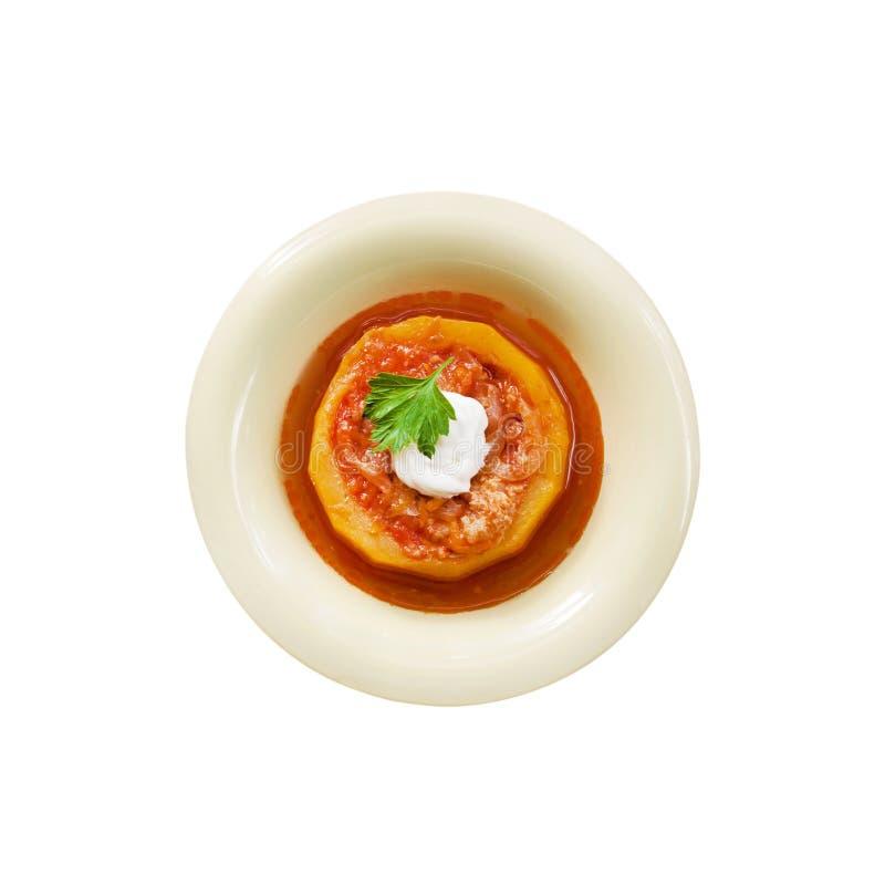 Zucchini som stoppas med kött och grönsaker som låtas småkoka i tomatsås i en isolerad bunke arkivfoton