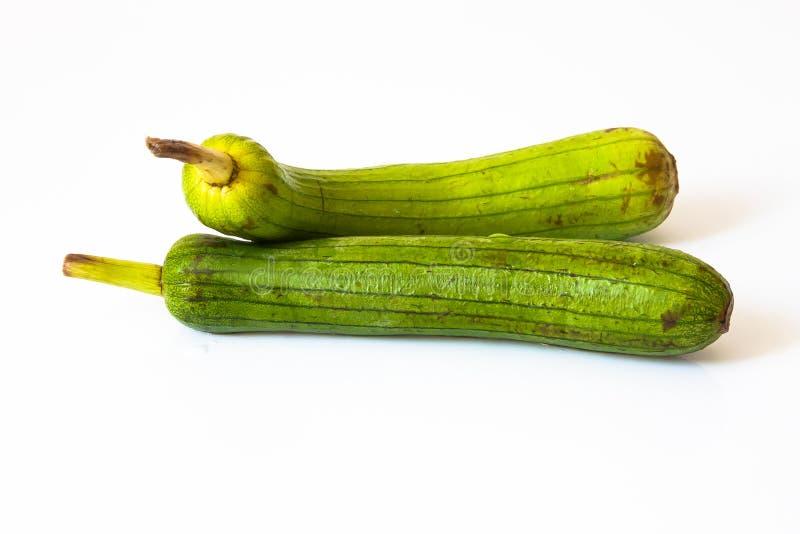 Zucchini su terra bianca 2 immagine stock