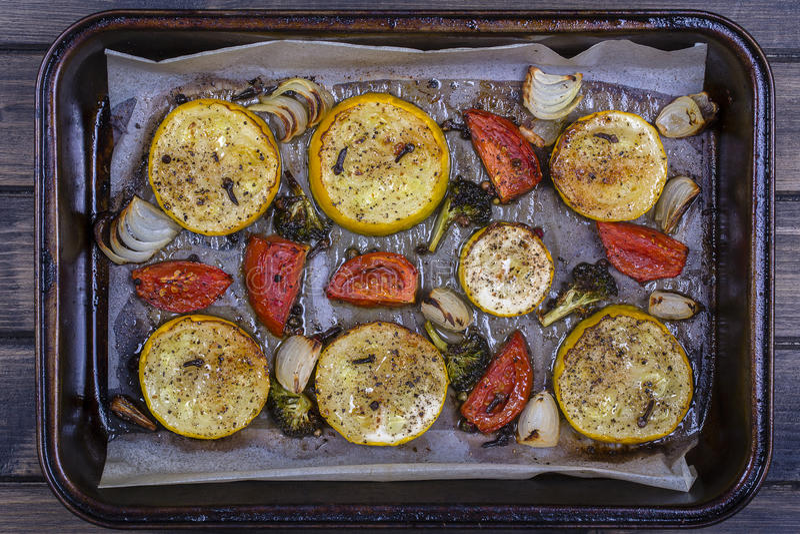 Download Zucchini, Tomaten, Brokkoli Und Zwiebel Backten Im Ofen Beschneidungspfad Eingeschlossen Stockbild - Bild von ofen, gebacken: 96931163