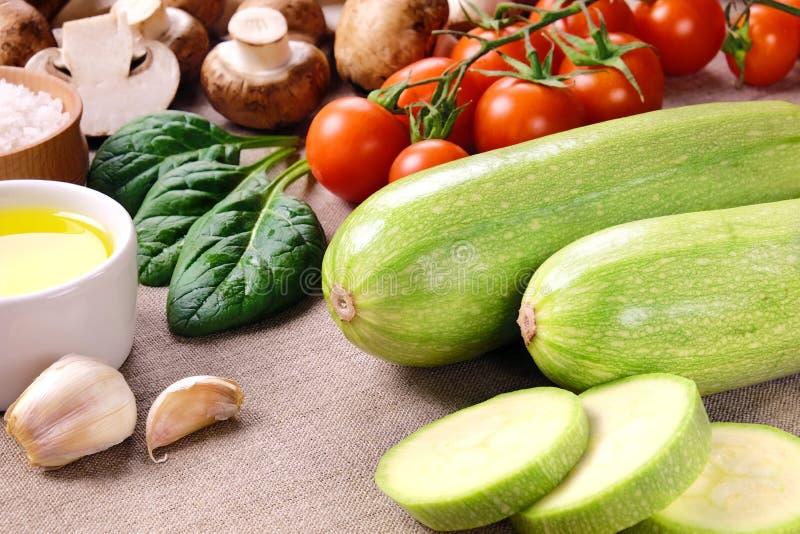 Zucchini und anderes Gemüse lizenzfreies stockbild