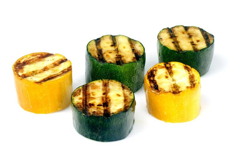 Zucchini verde e giallo su una griglia immagini stock libere da diritti