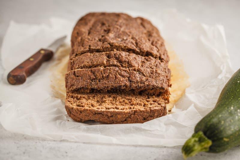 Zucchinibrot des Schokoladenstrengen vegetariers, weißer Hintergrund lizenzfreie stockfotos