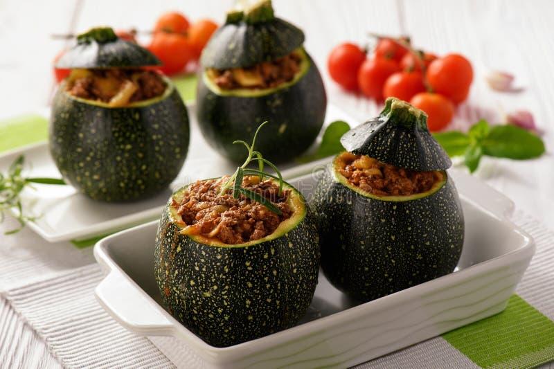Zucchinies som är välfylld med kött och grönsaker arkivfoton