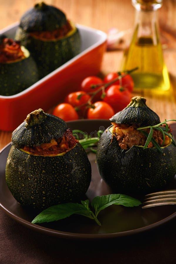 Zucchinies som är välfylld med kött och grönsaker arkivfoto