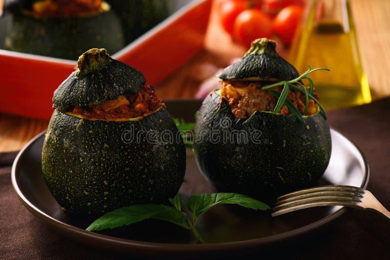 Zucchinies som är välfylld med kött och grönsaker arkivbilder