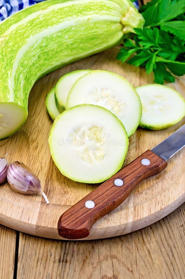 Zucchinigräsplan med kniven ombord royaltyfri bild