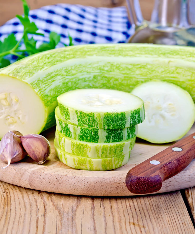Zucchinigräsplan med vitlök på ett bräde royaltyfria bilder