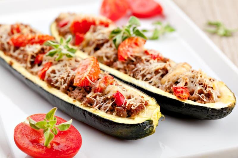 Zucchinihälfter som stoppas med köttfärs arkivbilder