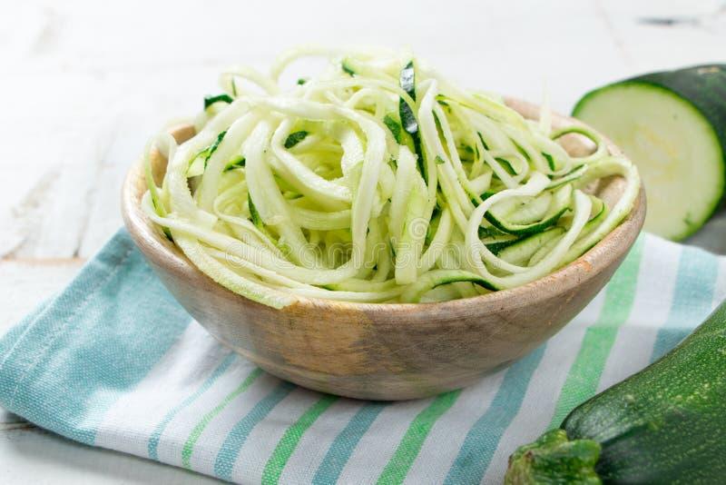 Zucchininudeln in einer Schüssel lizenzfreies stockfoto