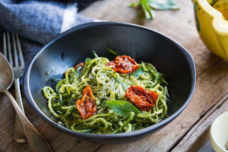 Zucchinipasta i Pestosås royaltyfri bild