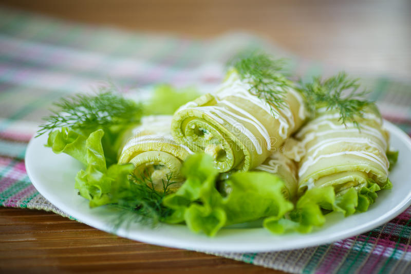 Zucchinirullar arkivfoton