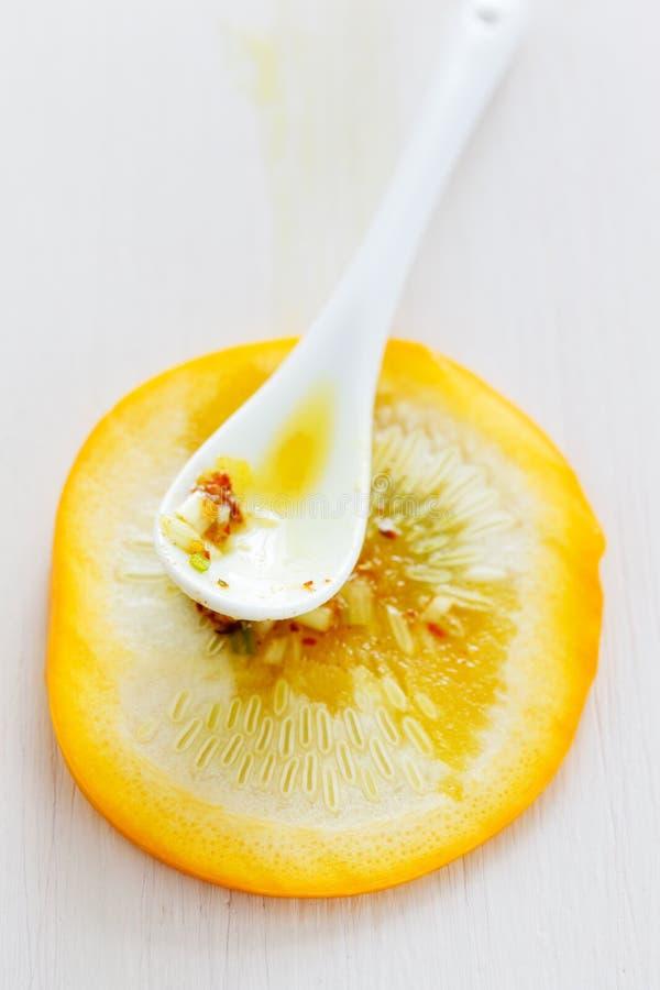 Zucchiniskiva med chermoula royaltyfri foto