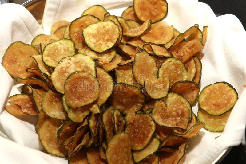 Zucchiniveggiechiper i korg royaltyfria bilder