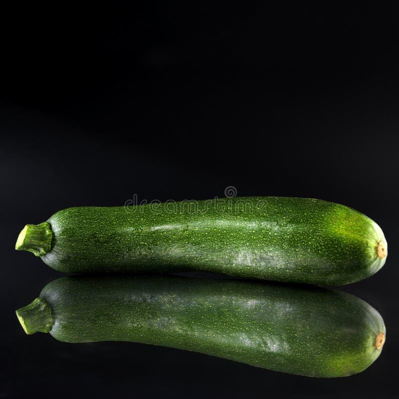 Zucchino verde (priorità bassa nera) fotografia stock libera da diritti