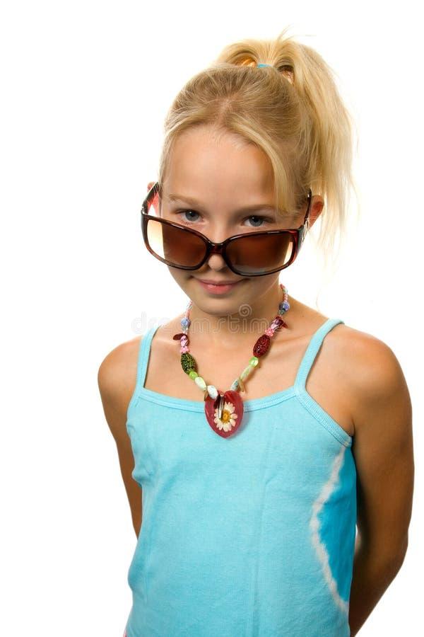 zuchwała blondynki dziewczyna patrzeje potomstwa zdjęcie stock