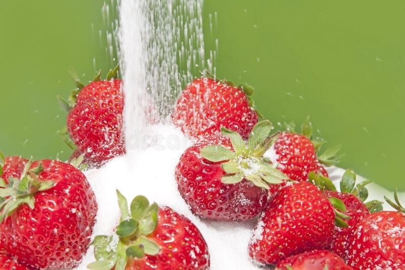 Zucker und Erdbeeren stockbild