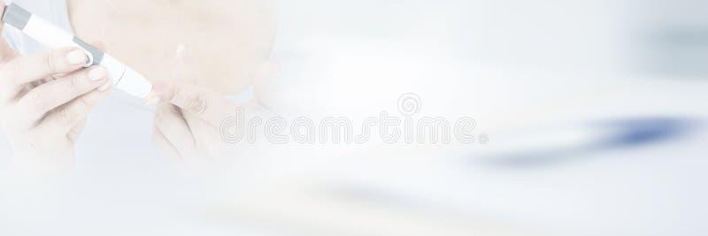 Zuckerkranker Brunette, der Blutzuckermonitor verwendet lizenzfreie abbildung