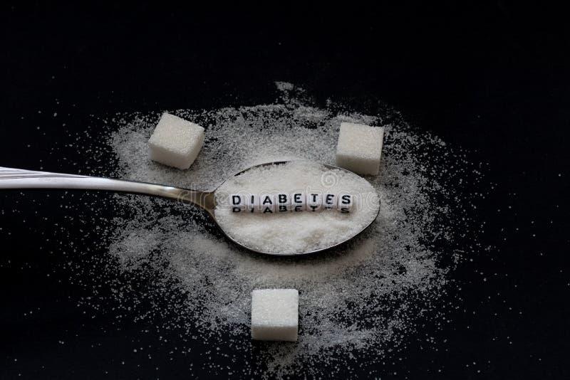 Zuckern Sie Stapel auf einem geschriebenen Löffel- und Diabeteswort stockfotos