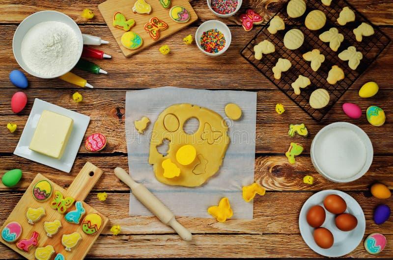Zuckern Sie Teig Ostern-Plätzchen und -bestandteile für das Backen stockfotos