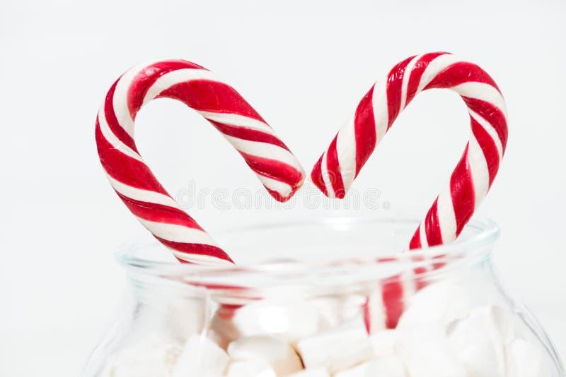 Zuckersüßigkeit in Form eines Herzens in einem Glas Eibischen, Nahaufnahme lizenzfreie stockfotos