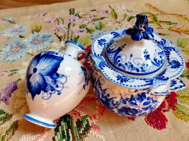 Zuckerschüssel und ein Vase, Leinentischdecke Sachen in russischer traditioneller Gzhel-Art nahaufnahme Gzhel - russisches Volksh lizenzfreie stockfotos