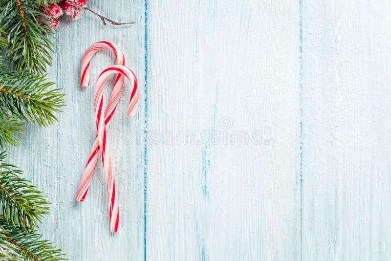 Zuckerstange- und Weihnachtsbaum auf Holztisch stockfotos