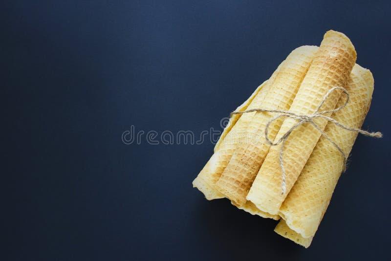 Zuckerwaffelkegel auf dunklem Hintergrund lizenzfreie stockfotos