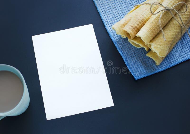 Zuckerwaffelkegel auf dunklem Hintergrund stockfoto