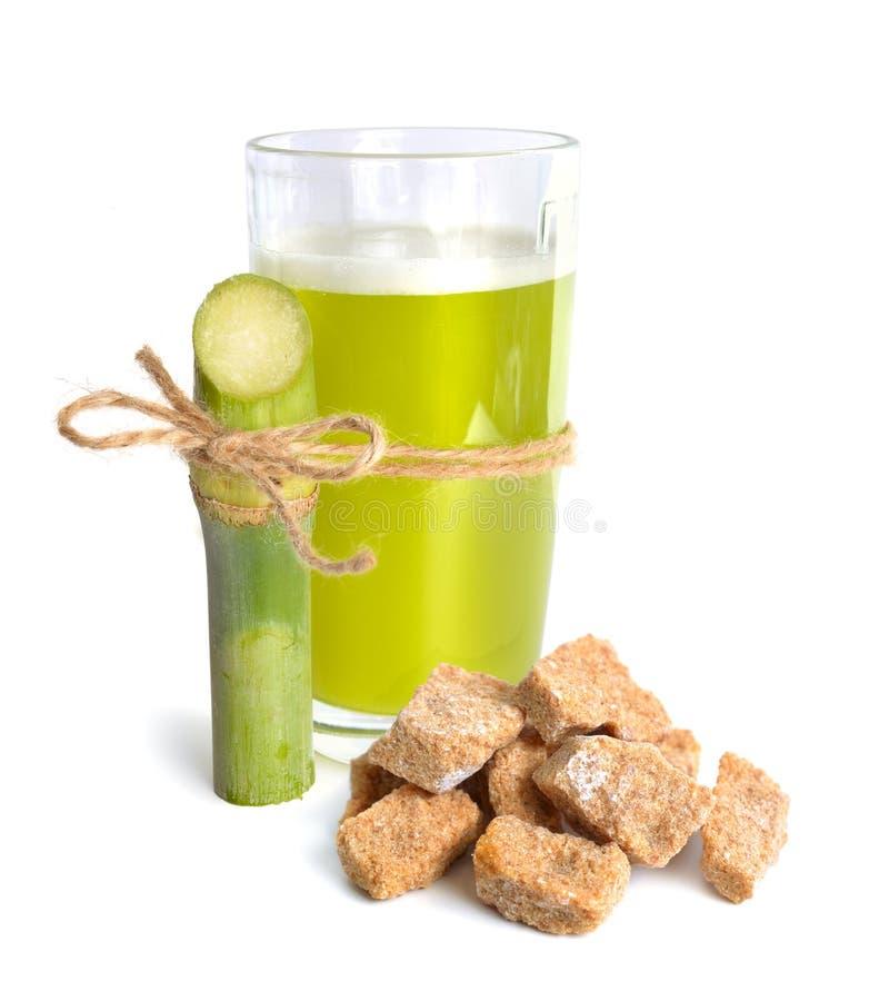 Zuckerzuckerrohrsaft mit braunem Zucker Getrennt auf weißem Hintergrund stockbild