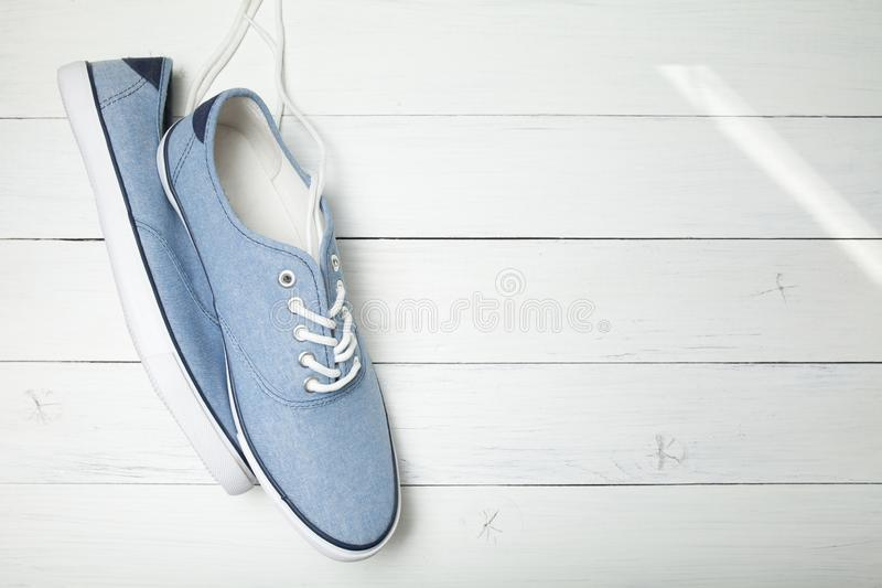 Zufällige blaue Modeturnschuhe auf weißem Hintergrund, Kopienraum lizenzfreies stockfoto