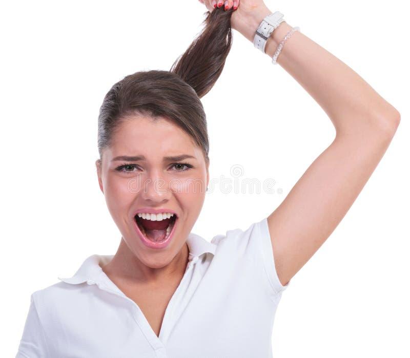 Zufällige Frau, die Haar u. das Schreien zieht lizenzfreie stockbilder