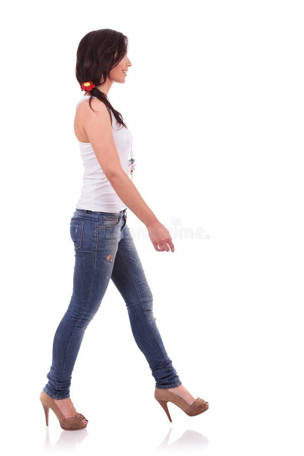 Zufällige Frau, die mit Seiten versehen geht stockbilder